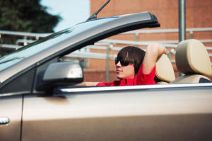 Teens listening to their preferred music while driving commit a greater number of errors and miscalculations. (Credit: © Wrangler / Fotolia)