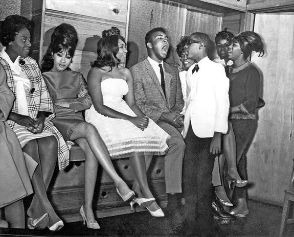 Ronnie Spector, Dee Dee Sharp, Cassius Clay, Dionne Warwick, and Stevie Wonder backstage at The Apollo (1963)