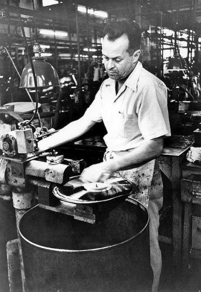 How Vinyl Records Were Produced (10)
