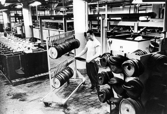 How Vinyl Records Were Produced (5)