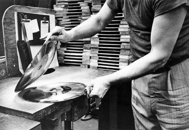 How Vinyl Records Were Produced (6)