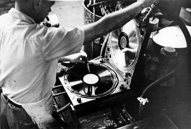 How Vinyl Records Were Produced (9)