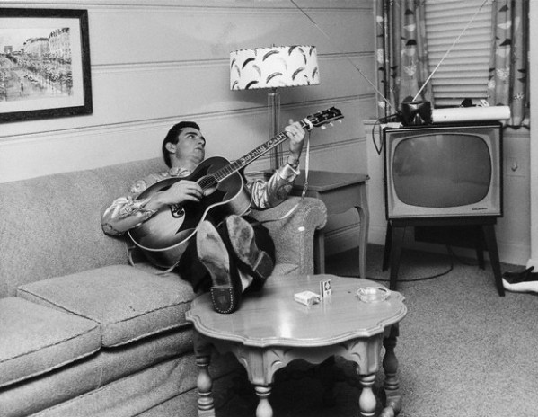 Johnny cash with his custom Johnny Cash Gibson guitar (1)